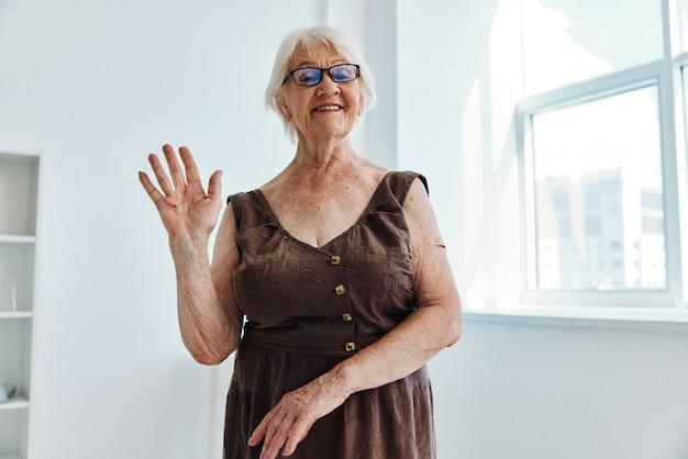 Starsza kobieta ręka zastrzyk covid paszport opieka zdrowotna