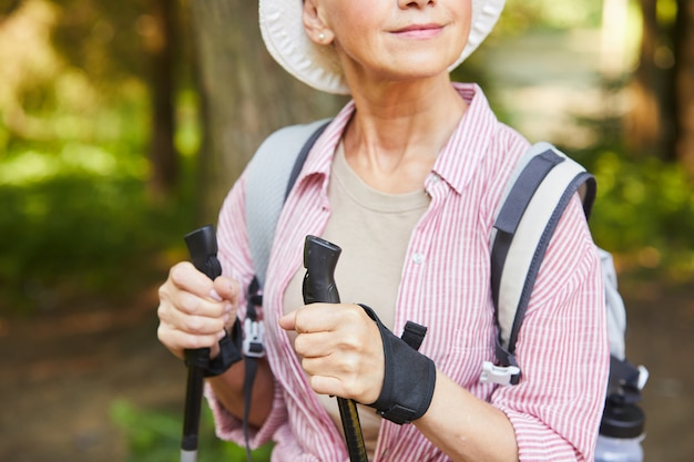 Starsza kobieta robi nordic walking
