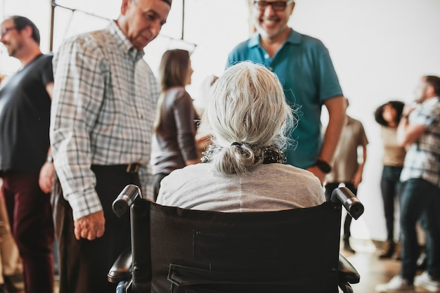 Starsza kobieta rozmawia z przyjaciółmi