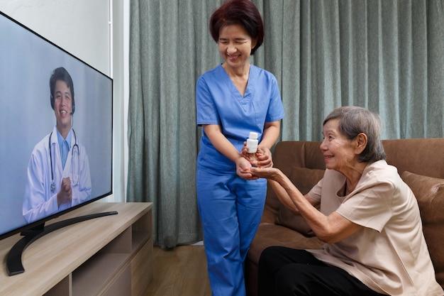 Starsza kobieta siedzi w domu po konsultacji online z lekarzem.