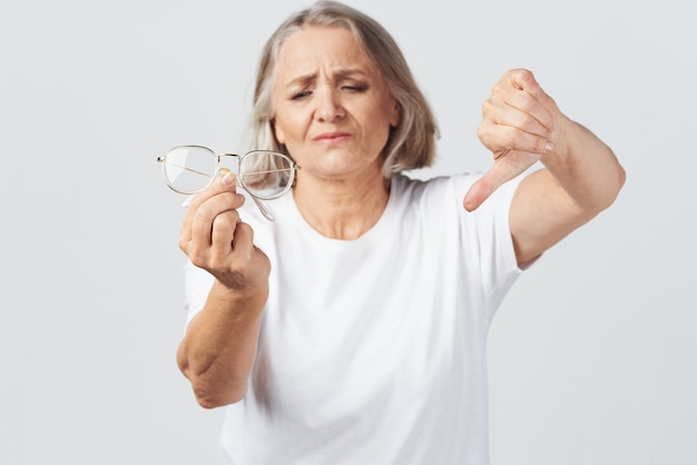 Starsza kobieta słaby wzrok leczenie okulisty