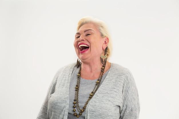 Starsza kobieta śmiejąca się odosobniona wesoła starsza kobieta