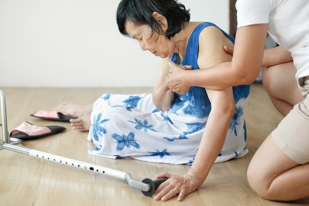 Starsza kobieta spada w domu