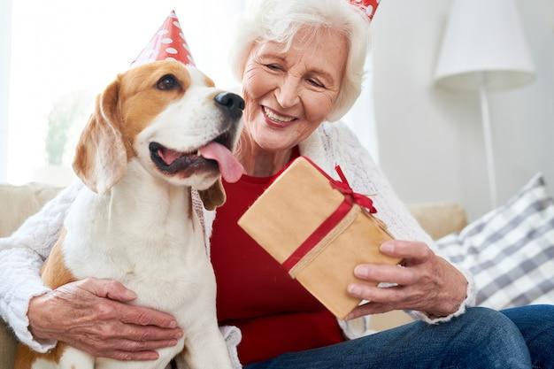Starsza kobieta świętuje urodziny jej psy