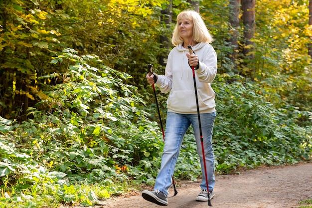Starsza kobieta, trekking na świeżym powietrzu