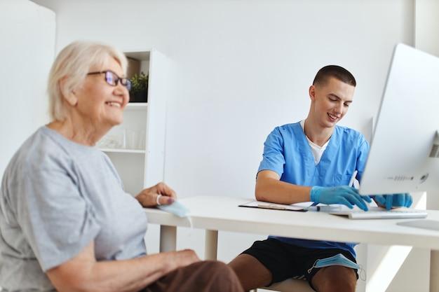 Starsza kobieta u lekarza umawia się na wizytę w szpitalu