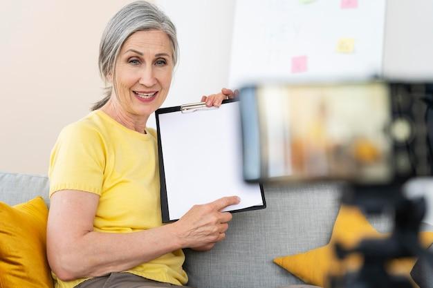Starsza kobieta uczy angielskiego