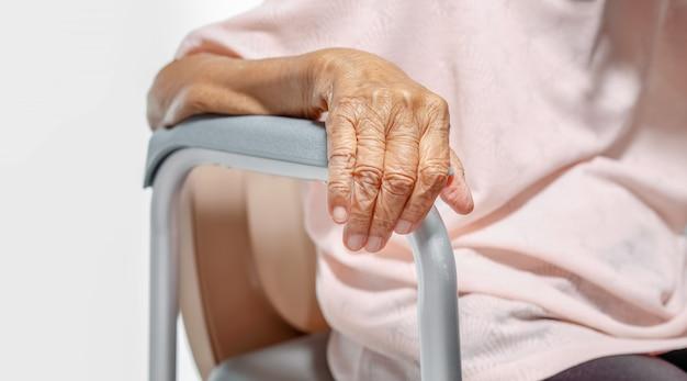Starsza kobieta używa mobilnego toalety siedzenia krzesła