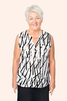 Starsza kobieta w czarno-białym abstrakcyjnym wzorze bluzki portret studyjny