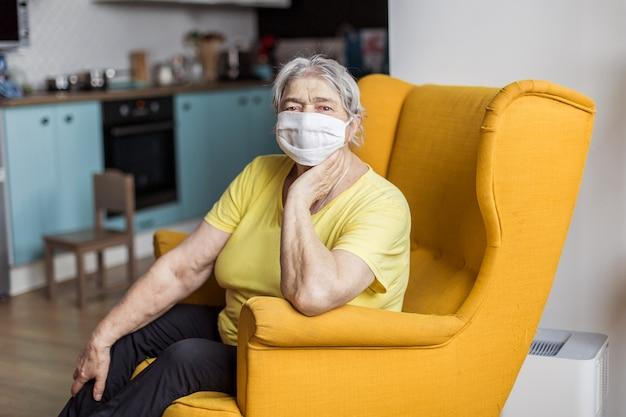 Starsza kobieta w masce kwarantanny w europie. osoby w podeszłym wieku narażone na koronawirusa covid-19. zostań w domu. chińska babka chroni przed pandemią wirusa zapalenia płuc. niebezpieczeństwo zarażenia