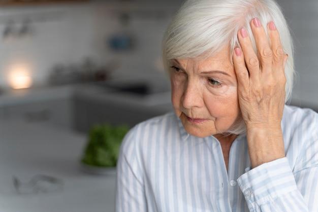 Starsza kobieta w obliczu choroby alzheimera