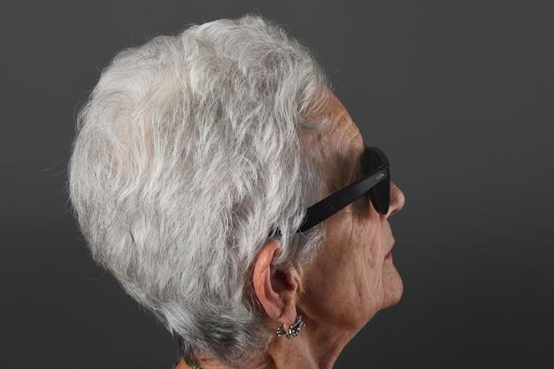 Starsza kobieta w okularach