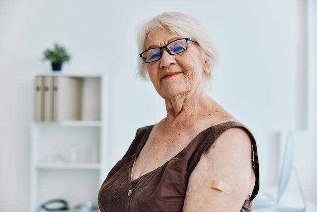 Starsza kobieta w szpitalu bezpieczeństwo szczepień w paszporcie nosicielskim