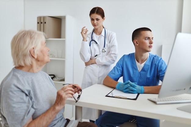 Starsza kobieta w szpitalu na wizytę u lekarzy i pielęgniarek