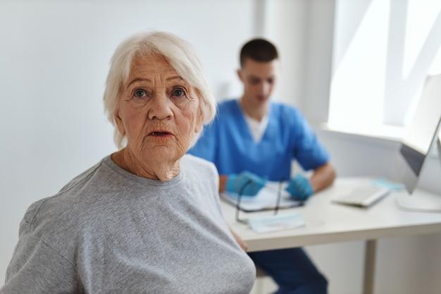 Starsza kobieta w szpitalu obok lekarza pomoc serwisowa diagnostyka