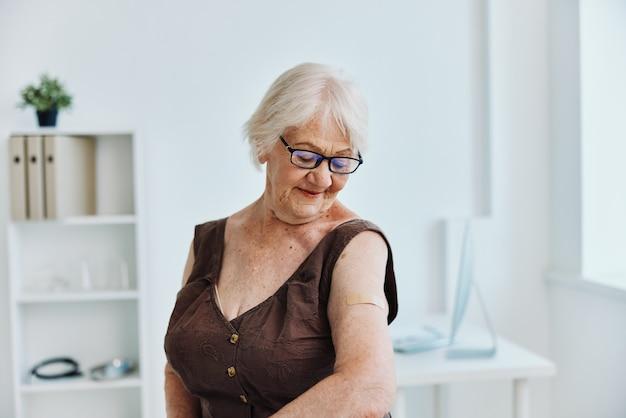 Starsza kobieta w szpitalu paszport szczepionki covid