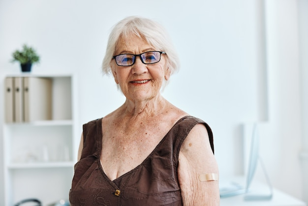 Starsza kobieta w szpitalu szczepionka paszport ochrona immunitetowa