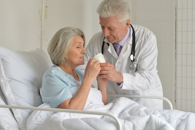 Starsza kobieta w szpitalu z troskliwym lekarzem