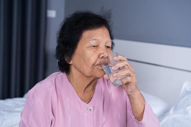 Starsza kobieta wody pitnej
