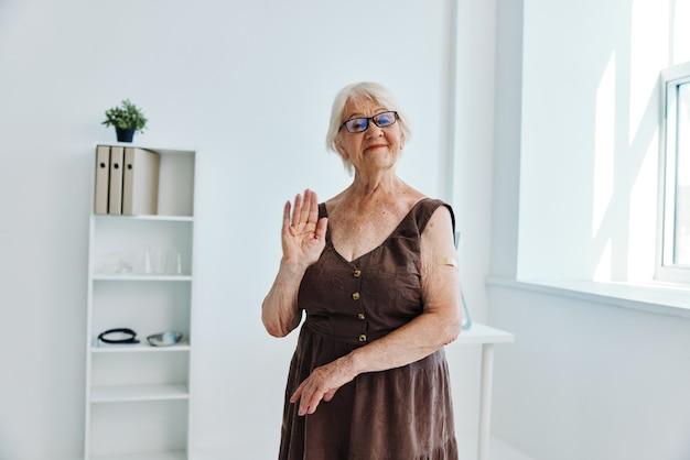 Starsza kobieta wstrzykuje w ramię szczepionkę, ochronę paszportu, immunitet