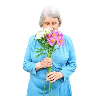 Starsza kobieta z bukietem na białym tle