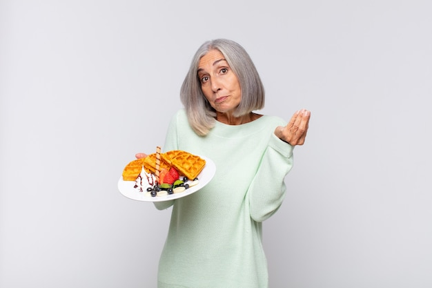 Starsza kobieta z goframi