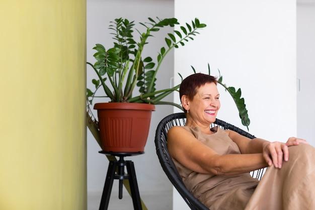 Starsza kobieta z krótkimi włosami śmiejąc się