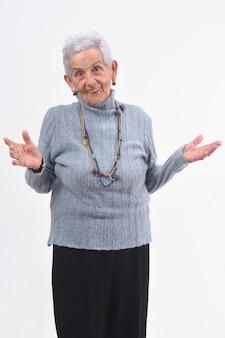 Starsza kobieta z otwartymi rękami na białym tle
