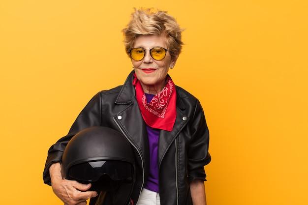 Starsza kobieta z piankową kurtką i hełmem motocyklisty