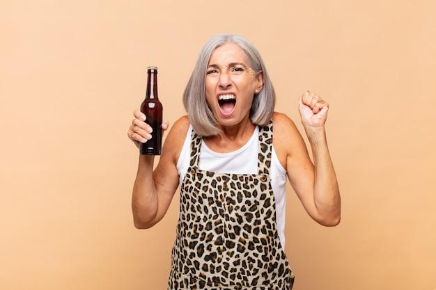 Starsza kobieta z piwem