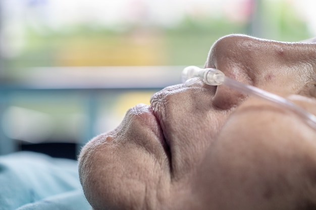 Starsza kobieta z rurką do oddychania przez nos