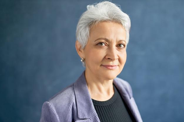 Starsza kobieta z siwymi włosami z fioletową kurtką