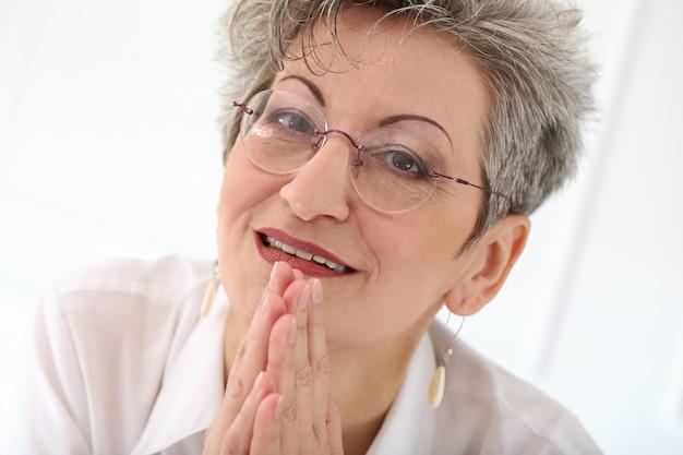 Starsza kobieta z szczęśliwą twarzą