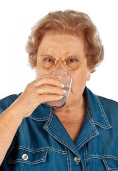 Starsza kobieta z szkłem wodnym