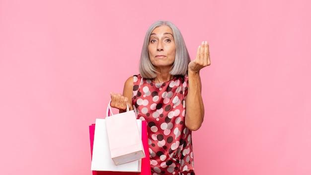 Starsza kobieta z torby na zakupy