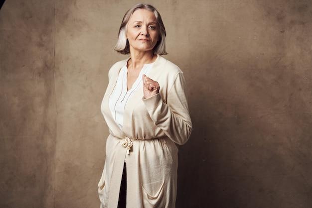 Starsza kobieta zbliżenie pozowanie studio mody