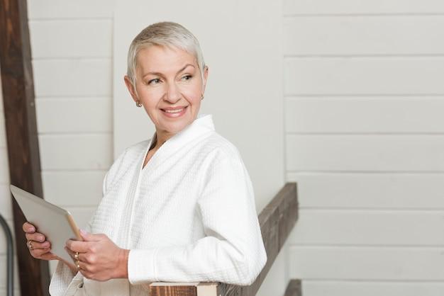Starsza kobieta żyje nowoczesnym stylem życia