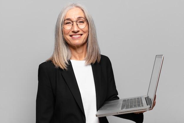 Starsza ładna bizneswoman z laptopem