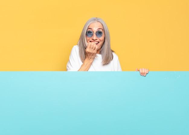 Starsza ładna kobieta nosi okulary przeciwsłoneczne