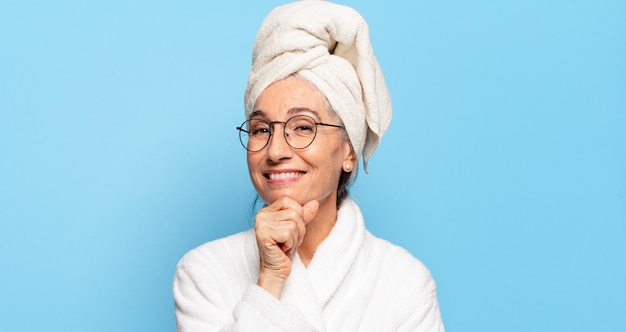 Starsza ładna kobieta po prysznicu w szlafroku
