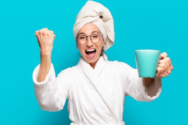 Starsza ładna kobieta ubrana w szlafrok i pijąca kawę?