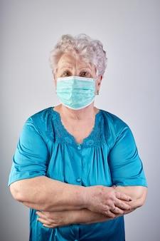 Starsza pani w masce ochronnej. koncepcja covid-19.