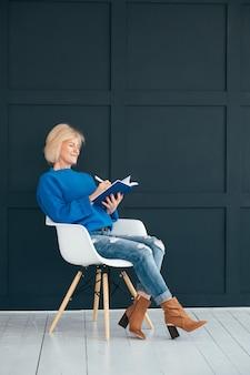 Starsza pani z pamiętnikiem. planowanie dnia. priorytety. zarządzanie czasem osobistym.
