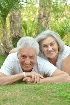 Starsza para bawi się w pobliżu hotelu?