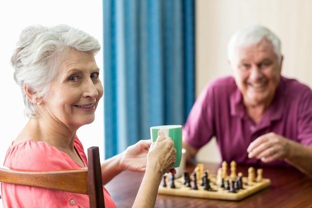 Starsza para bawić się szachy