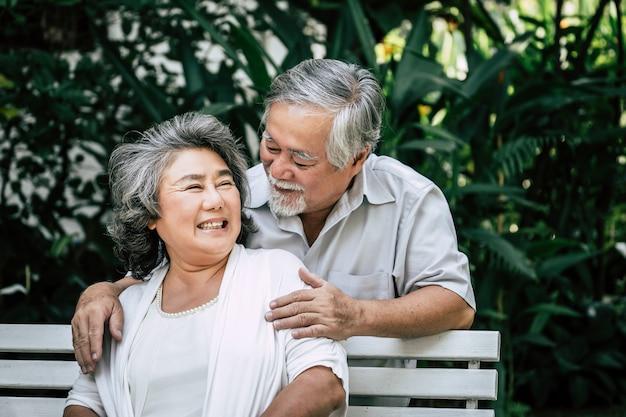 Starsza para bawić się wpólnie przy parkiem