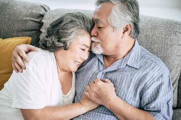 Starsza para bawić się wpólnie w żywym pokoju