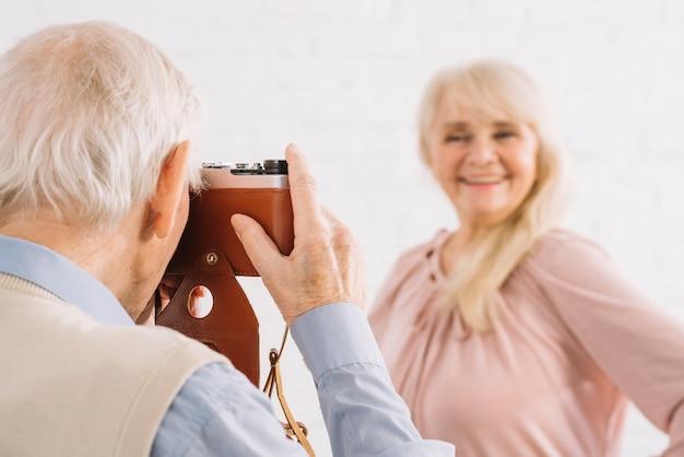 Starsza para bierze fotografię w kuchni