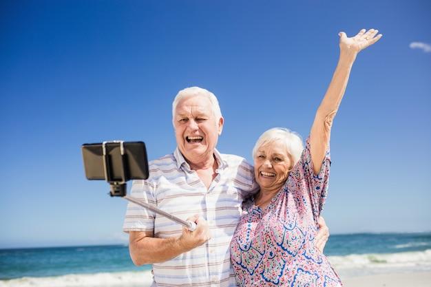 Starsza para bierze selfie