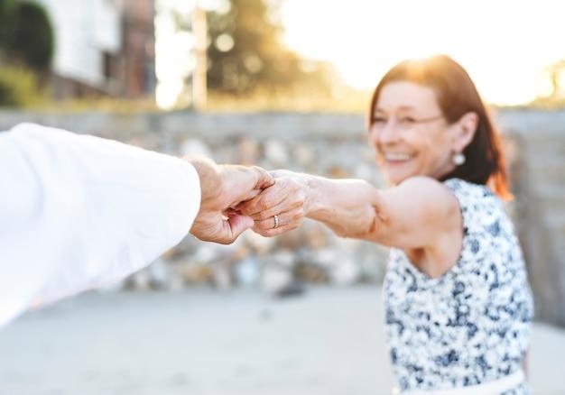 Starsza para cieszy się plażę